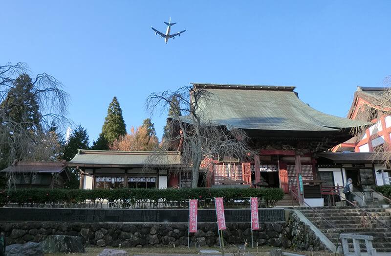 芝山仁王尊と飛行機